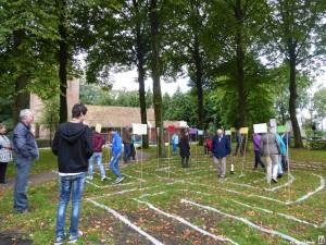 Labyrinth lopen door de bewoners